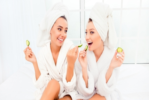 Beauty friends: manicura y gin-tonic en la terraza