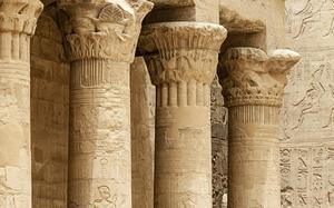Columnas en el Templo de Horus