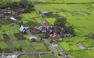 Pueblo a la orilla del Lago Toba, Indonesia.