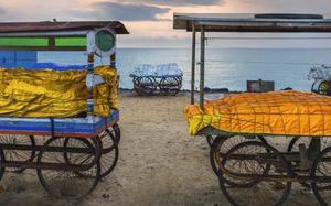 Mercado en la playa al atardecer