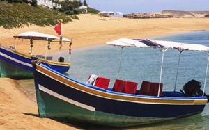 Barcos taxi en la playa