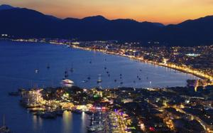 Vista nocturna del puerto