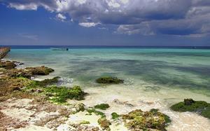 Playa con pasarela