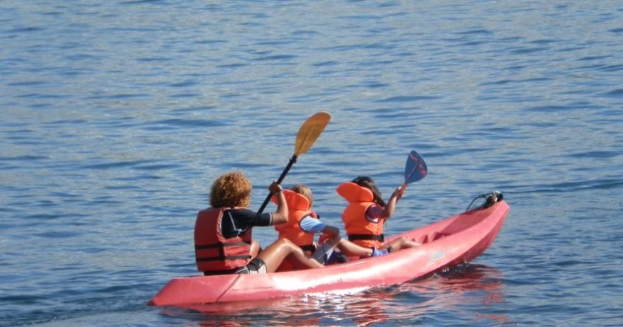 Alquila un kayak durante 1 hora y recorre la costa
