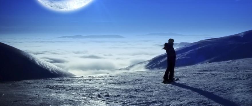 Paseo con raquetas de nieve a la luz de la luna