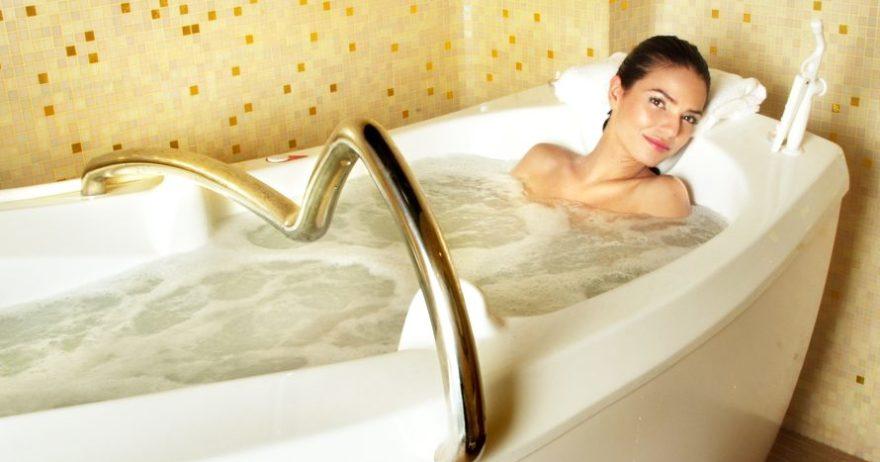 Date un bano de burbujas y un masaje antiestres