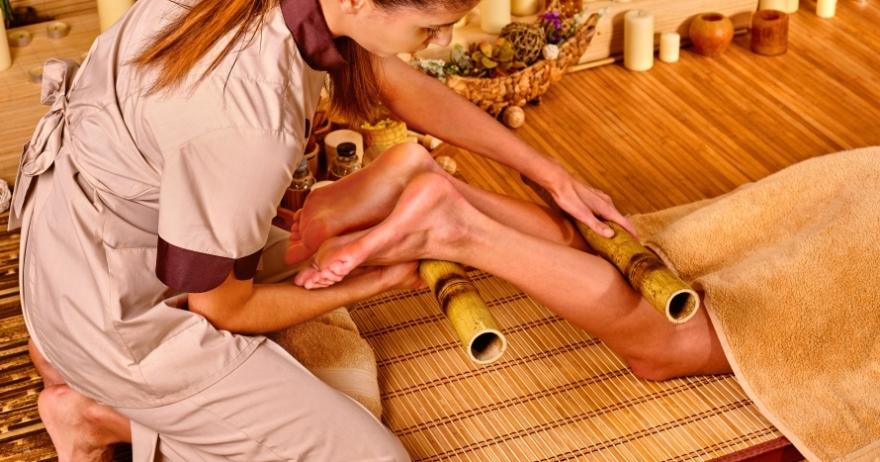 Relájate con un masaje de cañas de bambú