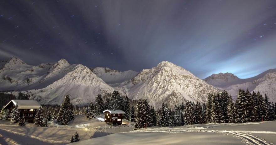 Raquetas de nieve bajo la luna llena