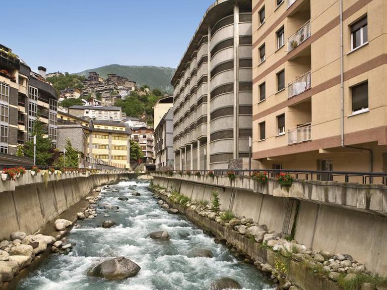 Los 9 mejores hoteles con piscina en la rabassa y for Hoteles en jaen con piscina